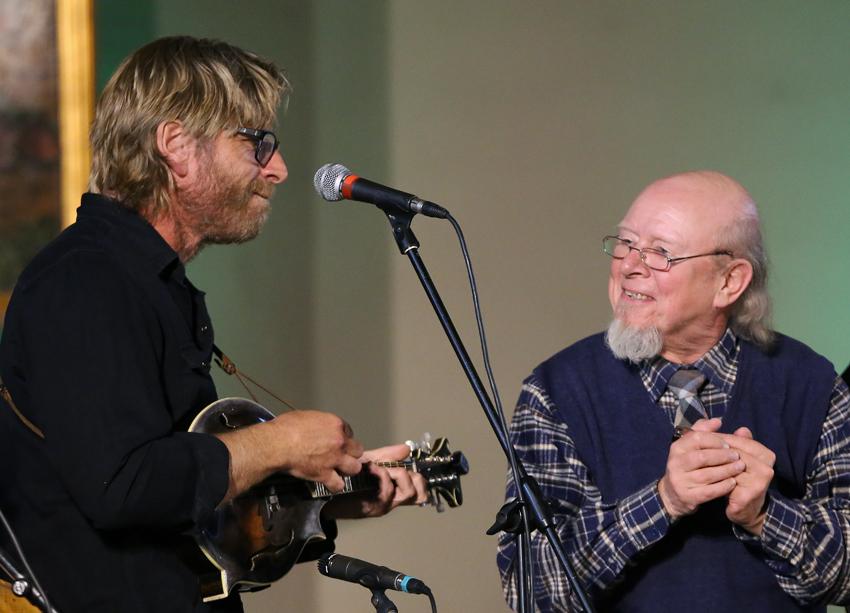 Pelle Lindström och Jonas Kjellgren tillsammans med Downhill Bluegrass Band i By Kyrka under Slånkvicku 2015