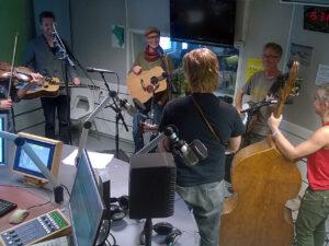 Live in the studio with host Larry Forsberg at P4 Live Gävleborg